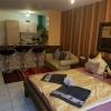 doppelbett-sofa-und-essecke